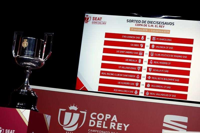 Panel con los emparejamientos definitivos en el sorteo de los dieciseisavos de final de la Copa del Rey celebrado hoy en la Ciudad del Fútbol de Las Rozas. EFE