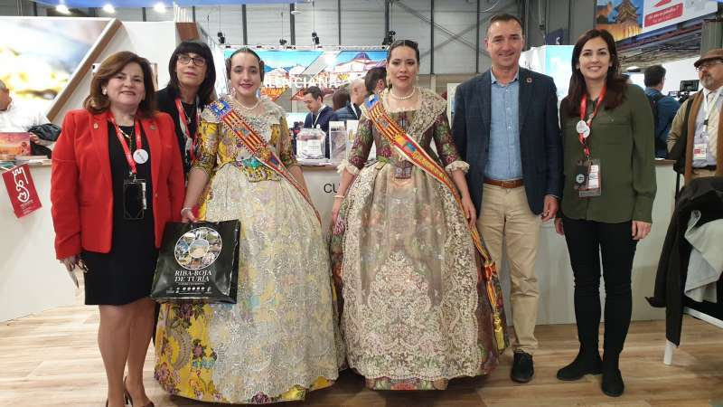 Las Falleras Mayores de Riba-Roja 2020 en Fitur con el alcalde, Robert Raga. / EPDA