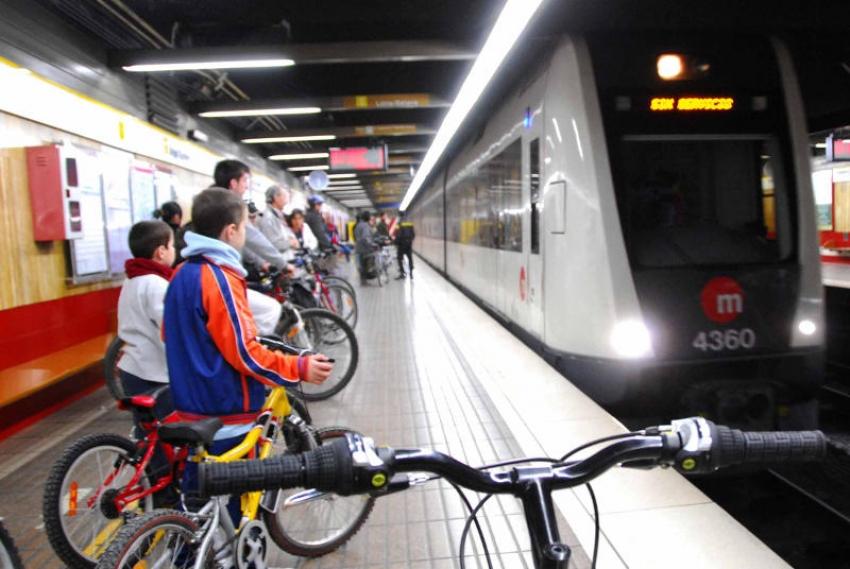 En días laborables se permite la entrada en todos los tramos de superficie y se limita a bicicletas plegables en los subterráneos