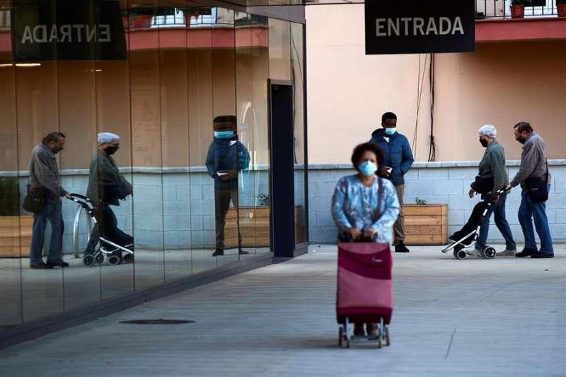 Varias personas entran en un supermercado. EFE/Alejandro García