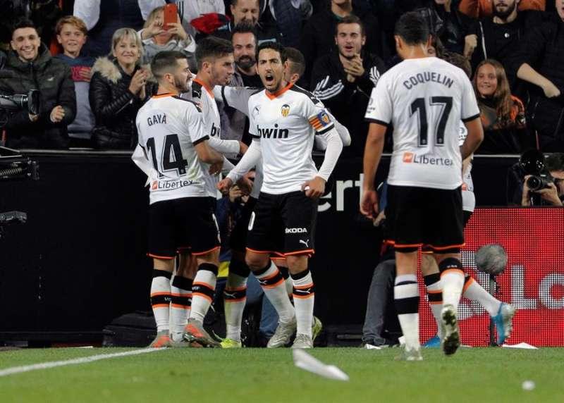 El centrocampista del Valencia CF Ferrán Torres (2i) celebra su gol, segundo del equipo ante el Villarreal. EFE/ Juan Carlos Cárdenas