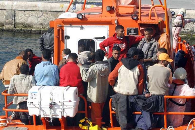Imagen de archivo de la llegada al puerto de Alicante de un grupo de inmigrantes interceptados en una patera. EFE/Archivo/MORELL