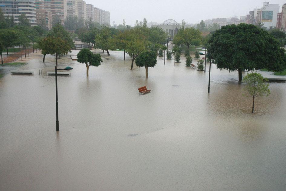 Cauce del río Turia de Valencia, inundado. FOTO JOSÉ MARÍN