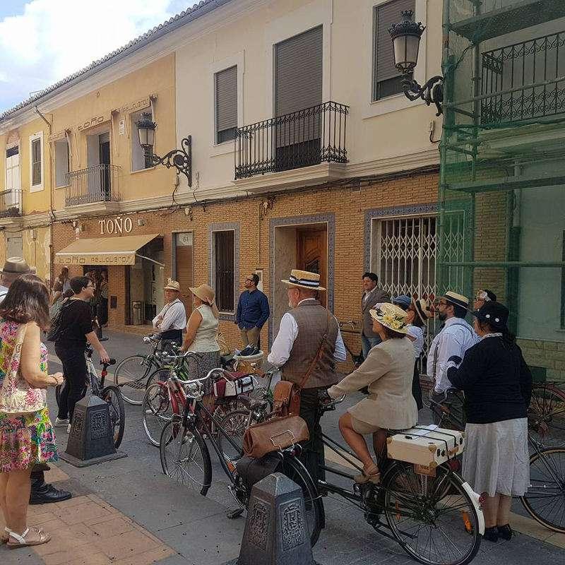 Recorregut amb bicicletes antigues i ciclistes vestits d