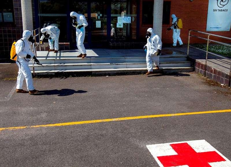 Miembros del ejército realizan labores de desinfección de una residencia de mayores. EFE