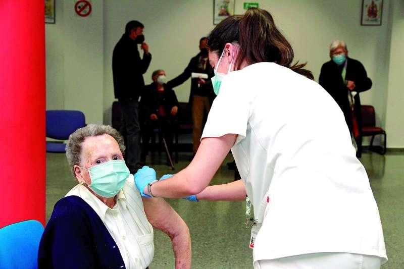 Vacunación de mayores y dependientes en distintos municipios de la comarca. / epda