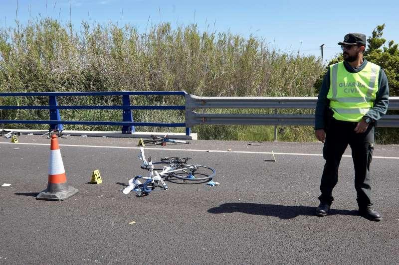 Imagen de archivo de un agente de la Guardia Civil junto a una bicicleta tras un accidente de tráfico.