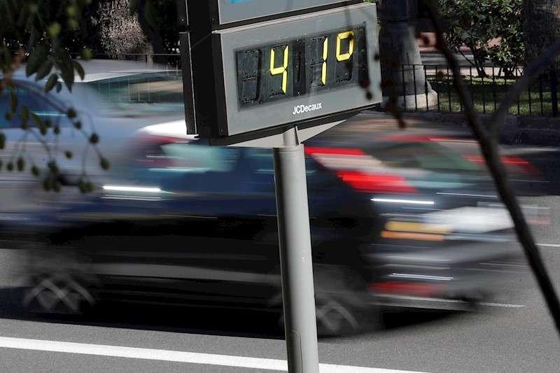 Un termómetro marca 41 grados centígrados en el centro de la ciudad, este martes cuando el otoño arrancó ayer lunes con tiempo seco en gran parte del país. EFE/Kai Försterling