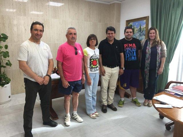 El alcalde junto a los representantes de las asociaciones. FOTO: EPDA