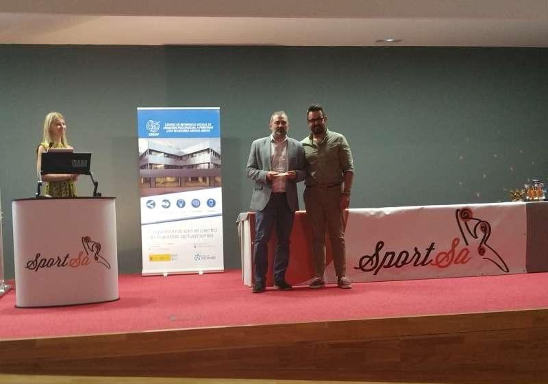 El Teniento Alcalde de Paterna, José Manuel Mora recogiendo el premio