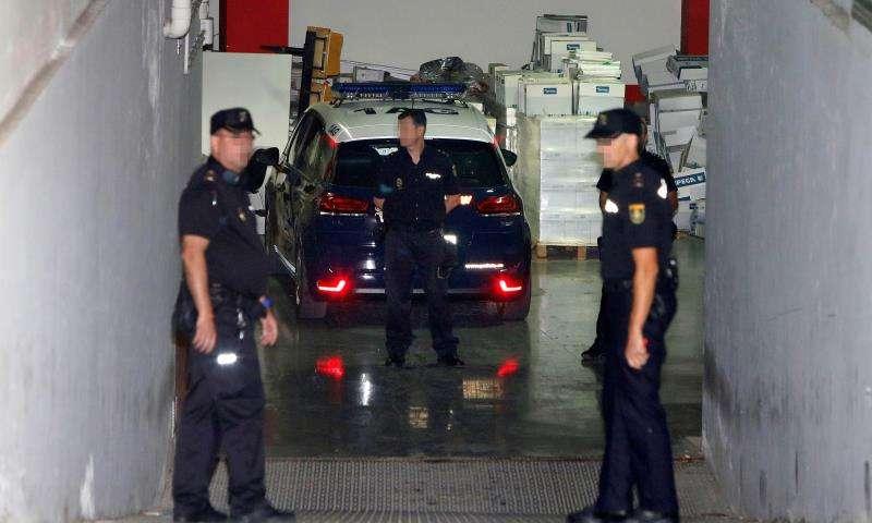 Agentes de la Policía trasladan a un detenido. EFE/Archivo