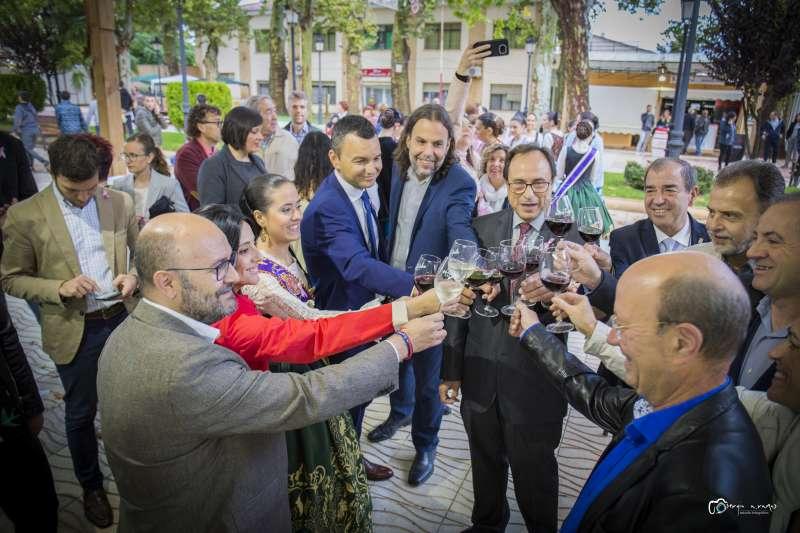 Brindis en la inauguración de la feria gastronómica de Utiel. EPDA