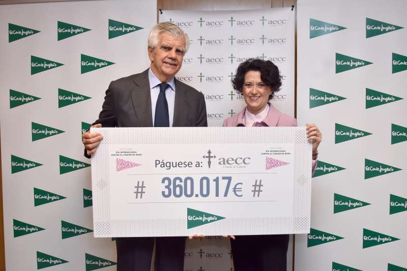 Ignacio Muñoz Pidal, presidente de la Asociación Española Contra el Cáncer, y Ester Uriol, directora de Comunicación Corporativa de El Corte Inglés