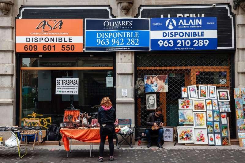Imagen de archivo de varios carteles de inmobiliarias en la ciudad de València. EFE