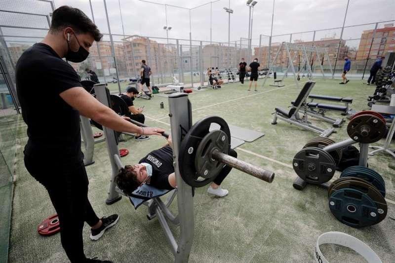 El gimnasio coloca las máquinas en su terraza. EFE