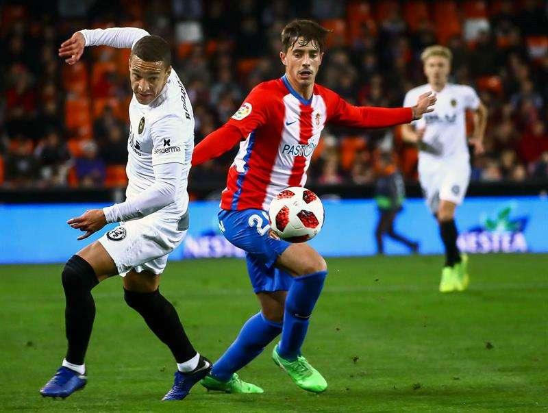 El jugador del valencia, Rodrigo Moreno (i) pelea por un balón con Cordero, del Sporting de Gijón durante el partido de vuelta de octavos de final de la Copa del Rey.EFE