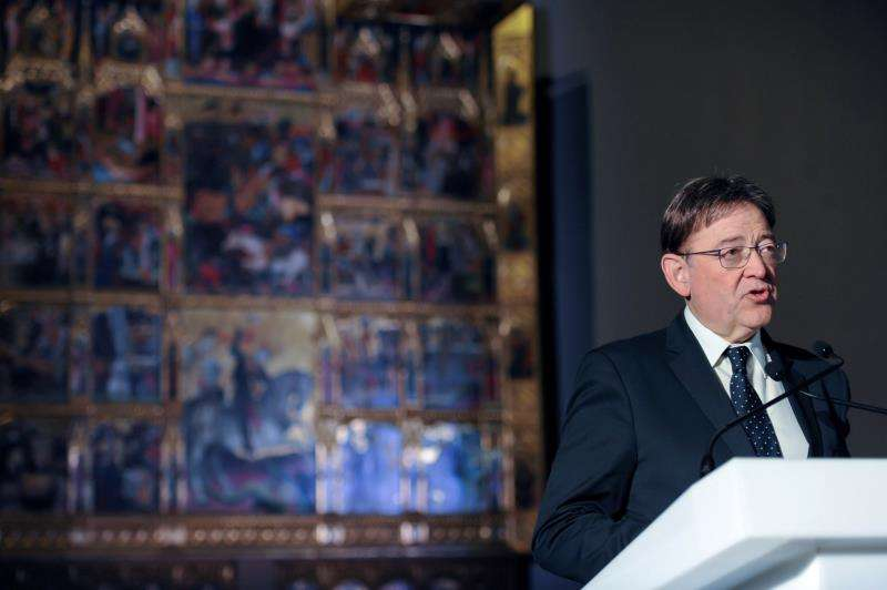 El president de la Generalitat, Ximo Puig, ante el retablo del Centenar de la Ploma, en Londres. EFE