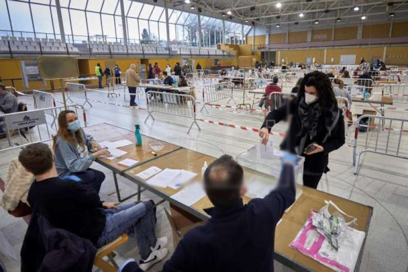 Una mujer vota en el colegio electoral del polideportivo municipal de Palau en Girona a primera hora de este domingo. EFE