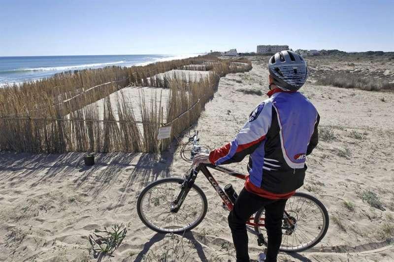 Un ciclista observa la playa de la Garrofera-El Saler en una imagen de archivo. EFE