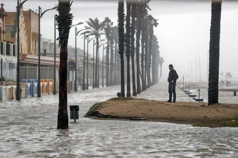 Imagen de la playa de la Patacona completemente inundada por la borrasca Gloria. EFE