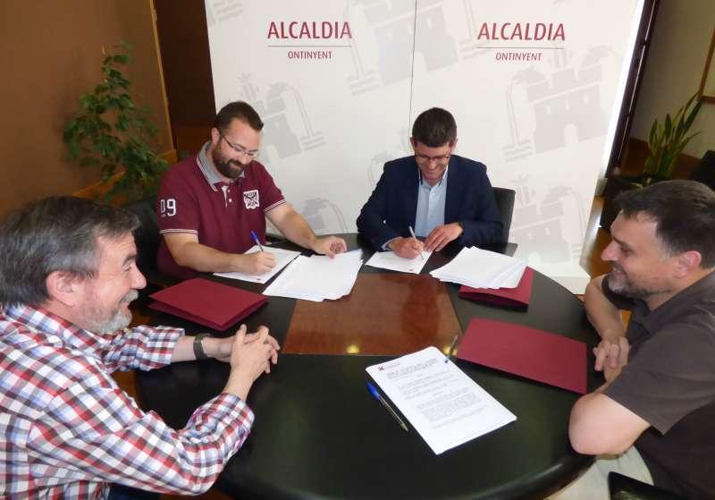 Signatura dels convenis amb els representants del Club Martínez Valls Basket i el Club Esportiu Esport Base Ontinyent. EPDA