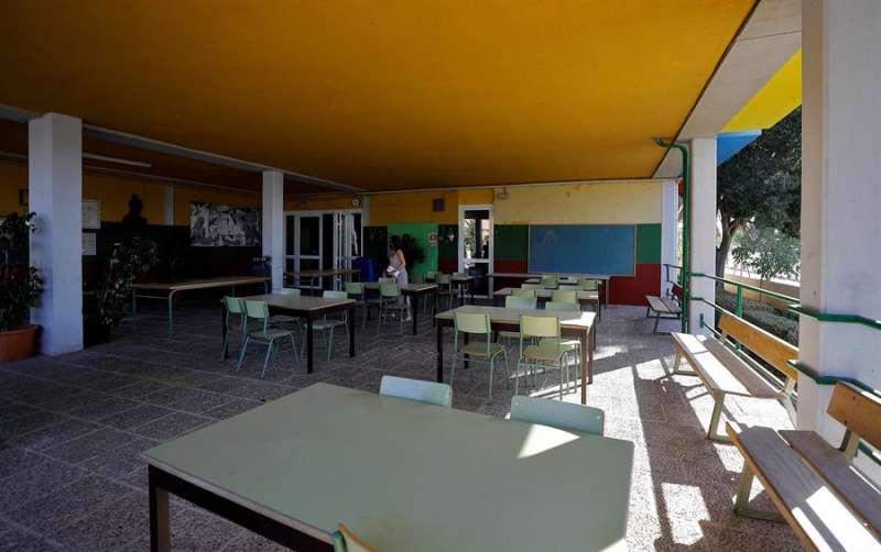 Una de las nuevas aulas habilitada al aire libre en el CEIP Jaume I de Catarroja. EFE