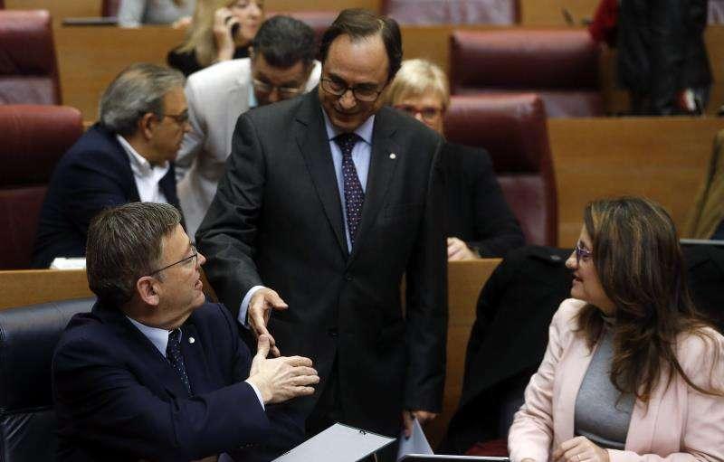 El president de la Generalitat, Ximo Puig (i), saluda al conseller de Hacienda, Vicent Soler, en presencia de la vicepresidenta, Mónica Oltra. EFE/Försterling/Archivo