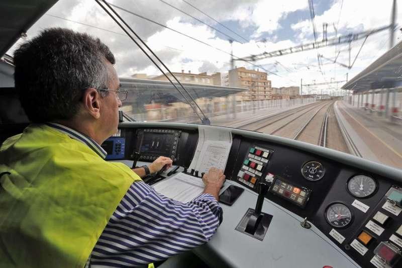 En la imagen, vista desde la cabina del maquinista durante un recorrido en tren hacia Castellón. EFE/Manuel Bruque/Archivo