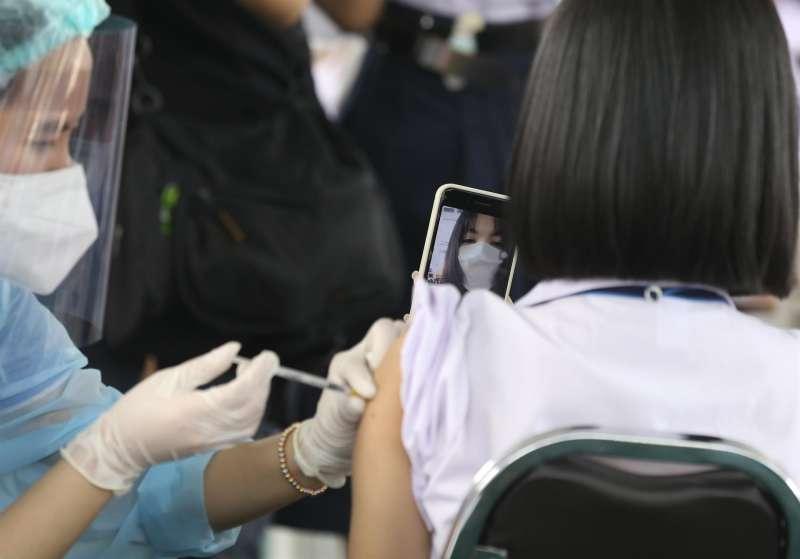Una estudiante recibe la vacuna contra la covid-19. EFE/Archivo