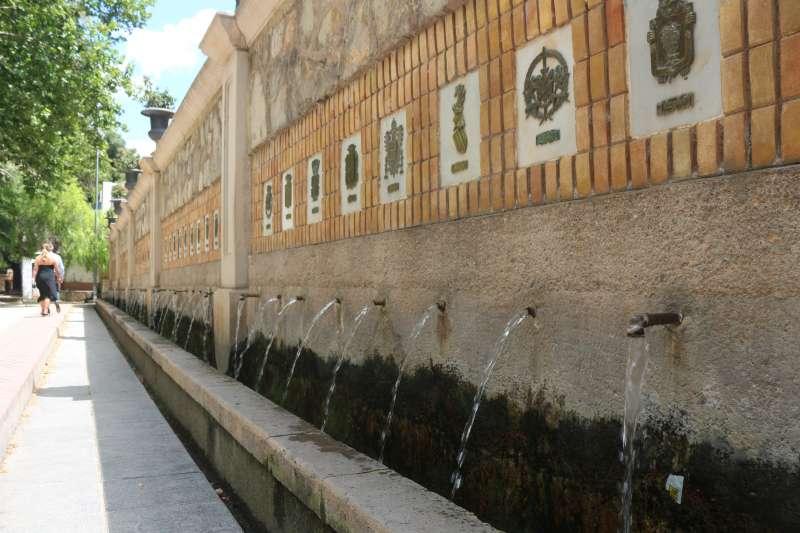 La fuente con la mitad de caños arrancados