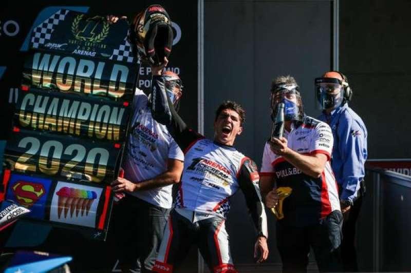 El piloto español Albert Arenas celebra el campeonato del mundo de Moto3 World logrado en el circuito de Portimao (Portugal). EFE/EPA/JOSE SENA GOULAO./ EPDA