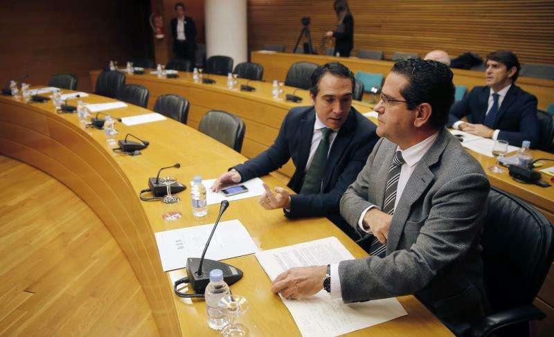 El presidente del grupo parlamentario popular en Les Corts Valencianes, Jorge Bellver (d), en una comisión. EFE/Archivo