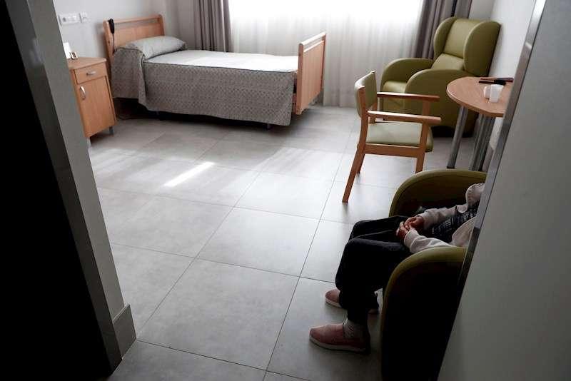 Una anciana descansa en su habitación de una residencia. EFE