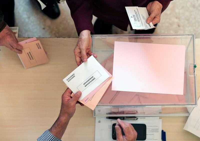 Una persona ejerce su derecho al voto en colegio electoral de València. EFE/ARchivo/Manuel Bruque
