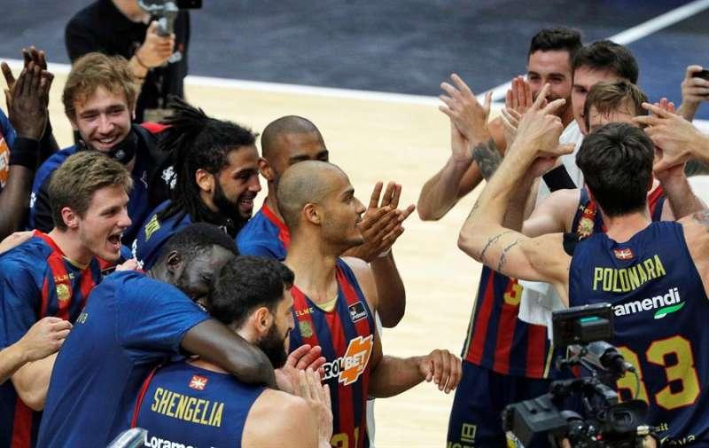 Los jugadores de Kirolbet Baskonia celebran su victoria en la segunda semifinal de la fase final de la Liga Endesa ante Valencia Basket en el pabellón de la Fuente de San Luis de Valéncia. EFE/Manuel Bruque