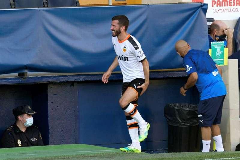 El defensa del Valencia, Gayá, se retira lesionado durante el partido ante el Villarreal correspondiente a la jornada 32 de LaLiga Santander que se disputa este domingo en el Estadio de La Cerámica. EFE