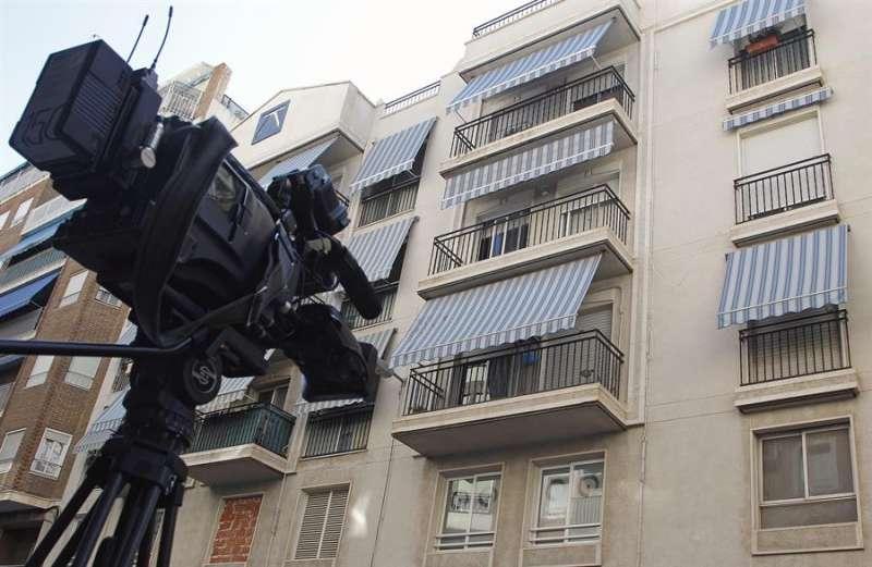 Un cámara graba el escenario de un delito machista. EFE/Archivo