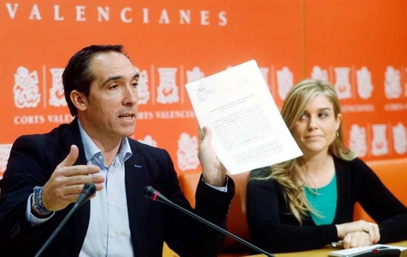 El portavoz de Economía, Rubén Ibáñez, y la portavoz adjunta del PP en Les Corts, Eva Ortiz. EFE