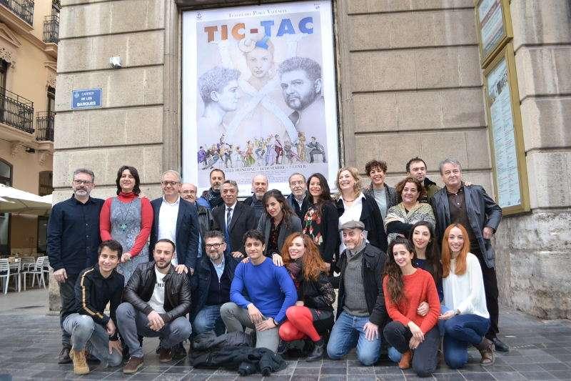 La diputada de Teatres, Rosa Pérez, amb els artistes que conformen l