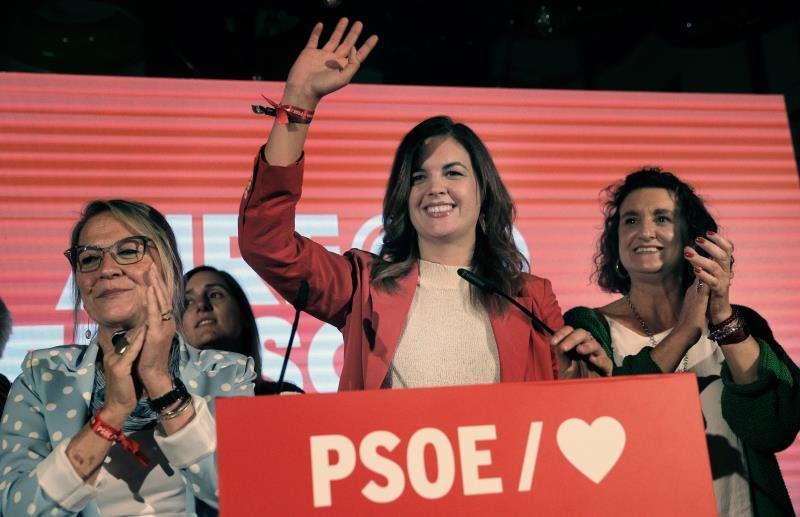 La candidata a la alcaldía de Valencia por el PSPV, Sandra Gomez (c) saluda tras valorar el resultado de las elecciones del 26M.EFE