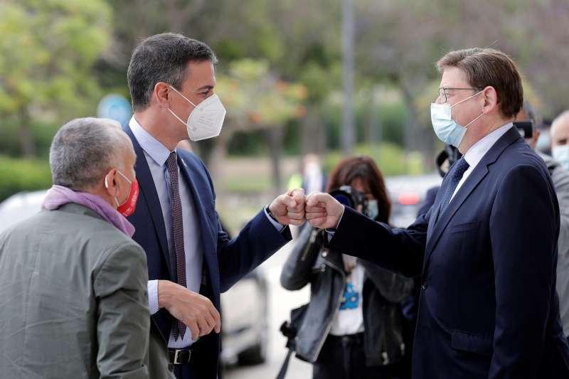 El presidente del Gobierno, Pedro Sánchez, saluda al president de la Generalitat, Ximo Puig (d).
