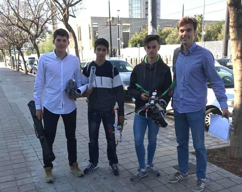 Los alumnos, con el dron. EPDA