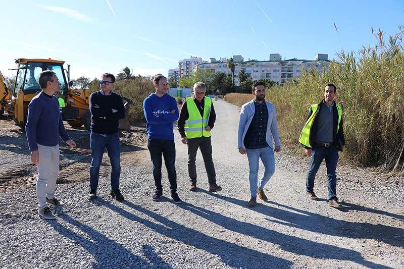 El alcalde de Sagunto y concejal de Medio Ambiente, Darío Moreno; el concejal de Contratación, Javier Raro, así como técnicos municipales y de la empresa adjudicataria