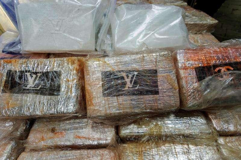 Fotografía de archivo de un alijo de cocaína interceptado por la Guardia Civil. EFE/Archivo