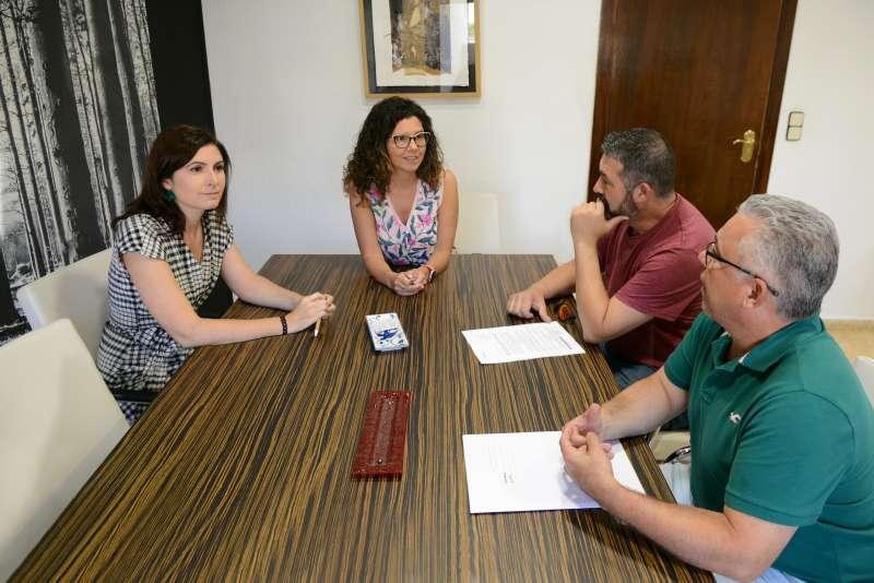 Firma con os Festers del Gos y de la Junta Coordinadora de Comparsas de Moros y Cristianos.