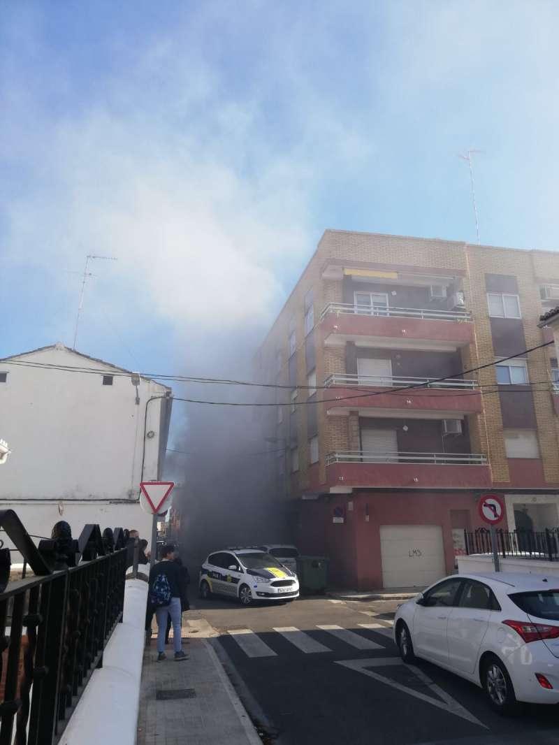 Humareda causada por el incendio del vehículo. EPDA
