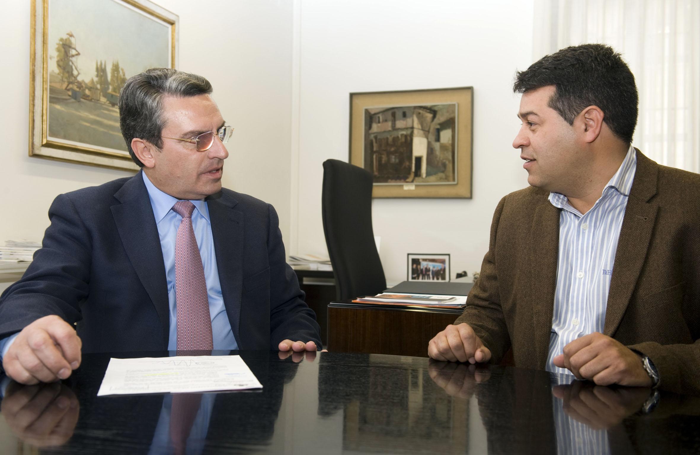 El alcalde de Olocau, Antonio Ropero junto el diputado de Turismo, Ernesto Sanjuán