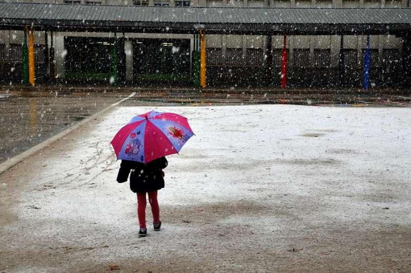 Una niña accede a un centro escolar, en una imagen de estos días. EFE/Manu