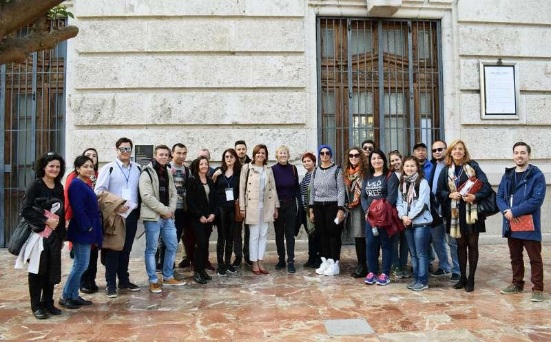 Participantes del programa de la Ruta de la Seda con Sandra Gómez.