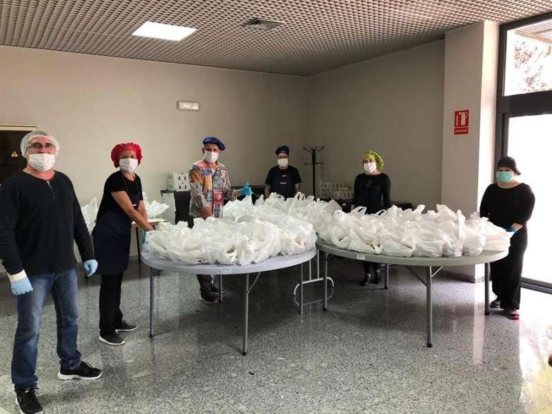 Imagen de los voluntarios de Alicante Gastronómica Solidaria en el reparto de menús. EFE/Alicante Gastronómica